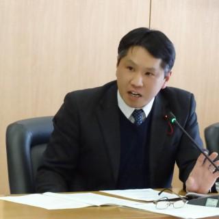 さいたま市議会の委員会で質疑する吉田ひとし